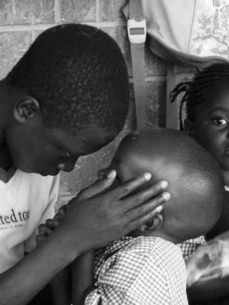 Tuż przed drzwiami przedszkolnej sali starszy brat upomina młodszego Cholę. Posłuszeństwo starszemu rodzeństwu to ważny aspekt zambijskiej kultury.
