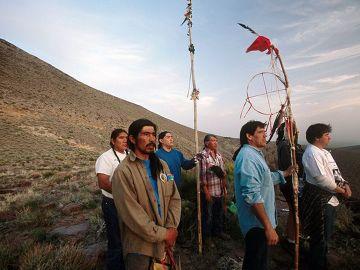 Plemię Shoshone z Nevady. W tle widać Górę Yucca. Plemię takie jest nietypowym widokiem dla ludzi, którzy nie mają okazji widywać ich każdego dnia.