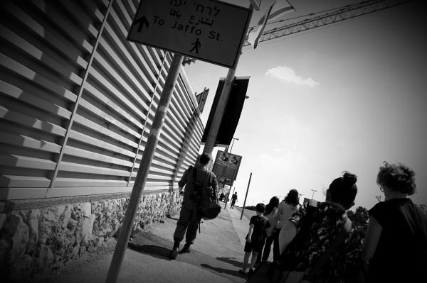 Jerozolima: widok żołnierzy z bronią w ręku jest tam na porządku dziennym