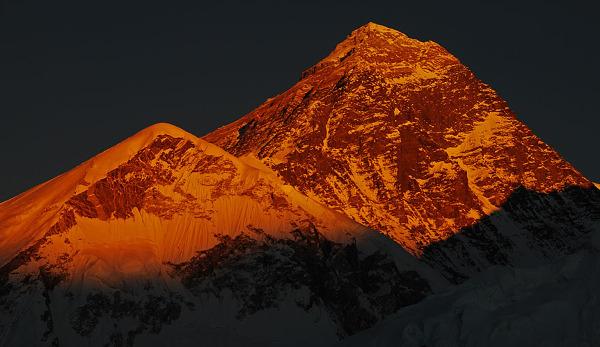 Everest o zachodzie słońca