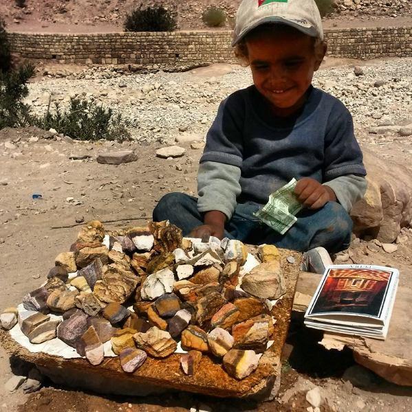 Chłopiec sprzedający kamienie w Petrze