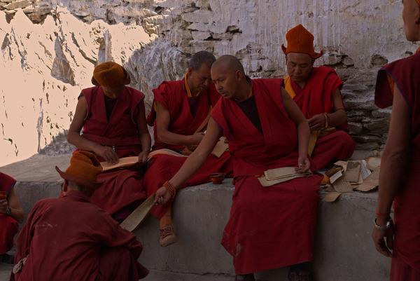 Mnisi porządkujący klasztorną bibliotekę