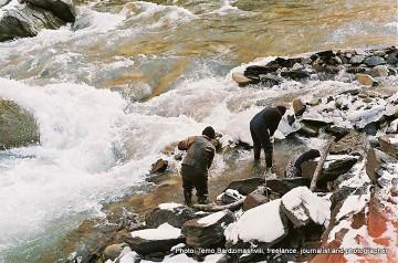 Spieniony nurt rzeki Inguri