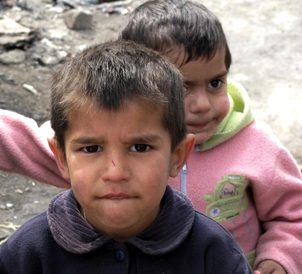 Na zdjęciu dwóch cygańskich chłopców mieszkających w Szutce. Nie chodzą do szkoły, całe dnie bawią się na ulicy. Na widok aparatu fotograficznego zaczynają pozować do zdjęć. W zamian dostają od nas pyszne krówki z Polski. Na ich twarzach maluje się zdziwienie. Ich matka tłumaczy nam, że spodziewały się pieniędzy i lepiej właśnie je im dajmy.