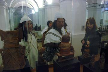Indianie Czibcza w tradycyjnych strojach w Muzeum Narodowym w Bogocie oglądają artefakty wykonane rękami swych przodków.