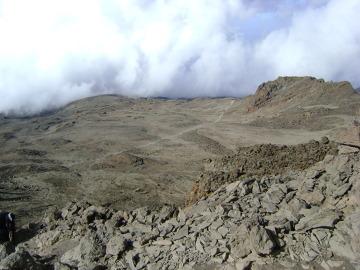 Jałowy krajobraz wulkanicznej pustyni