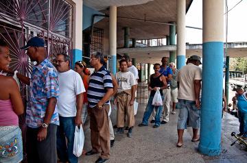 Typowy obrazek z kubańskiej ulicy - kolejka przed sklepem