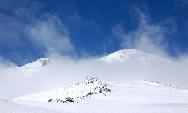 Elbrus, najwyższy szczyt Kaukazu i Rosji, położony na terenie rosyjskiej republiki Kabardo-Bałkarii