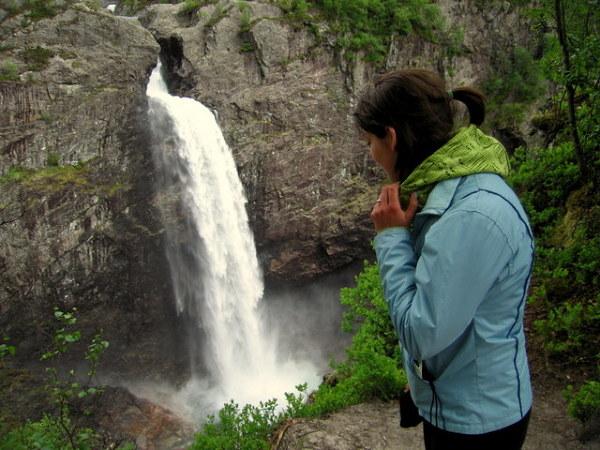 Słyszysz? Tak spada woda z wodospadu Manfossen...