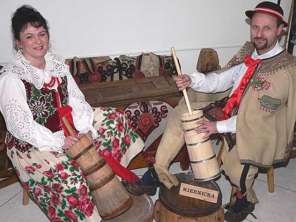 """Przedsmak tego, co zobaczymy w skansenie - ubijanie masła w tradycyjnych """"kiernickach"""" - Marek Zaniewski i jego żona, Celina"""