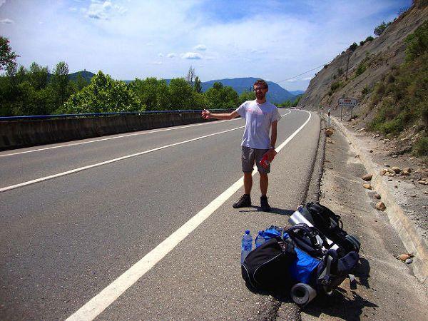 Jon łapiący stopa w Hiszpanii