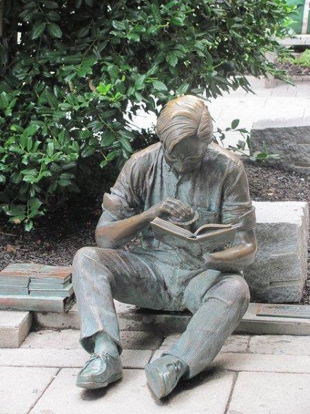 Pomnik studenta jedzącego kanapkę :)