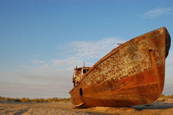 Kilka wraków, które zostały u brzegu wyschniętego Morza Aralskiego przypominają o istniejącym tu niegdyś, prężnie działającym porcie