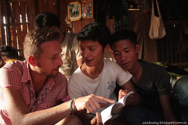 Próby komunikacji i nauki angielskiego w Laosie.