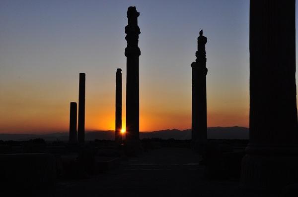 Zachód słońca nad ruinami antycznymi Persepolis