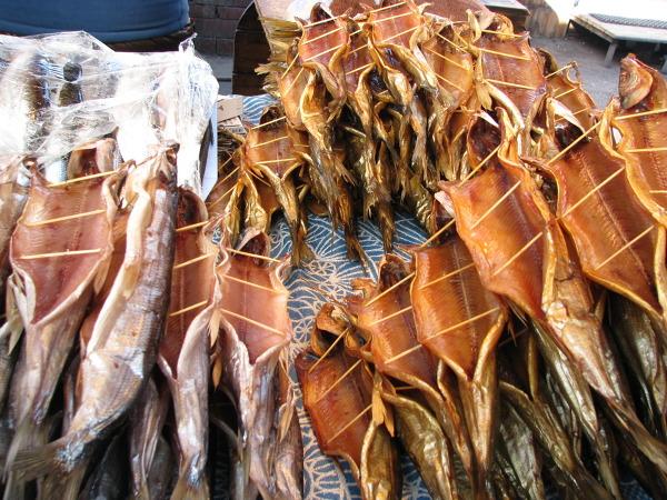 bajkalski omul w różnych wariantach. Na targowisku w nadbajkalskiej Listwiance wśród innych ryb.