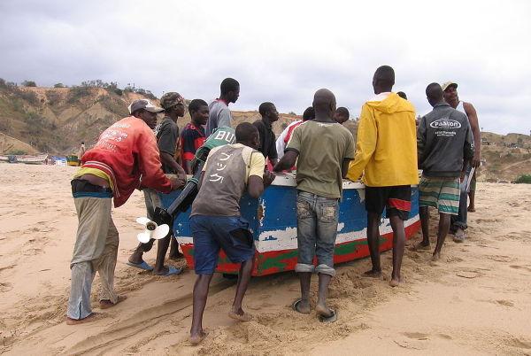 Rybacy na jednej z angolskich plaż