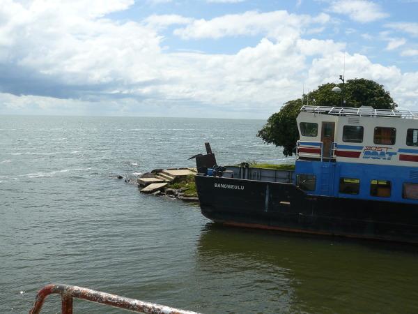 Po Bangweulu pływają statki pasażerskie. Jedyny transport dla mieszkających na licznych wyspach Zambijczyków