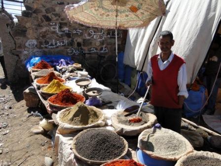 Na marokańskimi targu kupić można przyprawy we wszystkich kolorach tęczy.