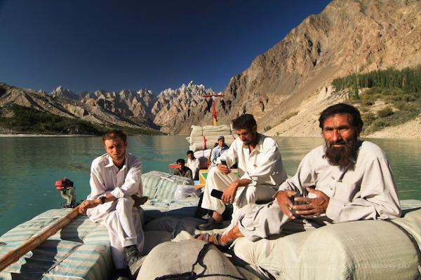 Przeprawa łodzią przez jezioro Abbotabad
