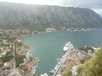 Morze, fiord, góry, twierdza, miasteczko i wciśnięty w to wszystko port tworzą niezwykły krajobraz Kotoru.