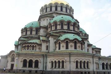 Sofia - Cerkiew Sweta Nedelja - Lud, który dzisiaj tworzy społeczeństwo Bułgarskie, to prawdopodobnie ludy ałtajsko-tureckie, które zaczęły tutaj napływać od ok. II w. Bułgarzy zawarli sojusz z Bizancjum i dzięki temu stworzyli pierwsze państwo na terenie Europy Środkowej i Wschodniej (681 r). Dwa wieki później królestwo bułgarskie przyjęło chrześcijaństwo.