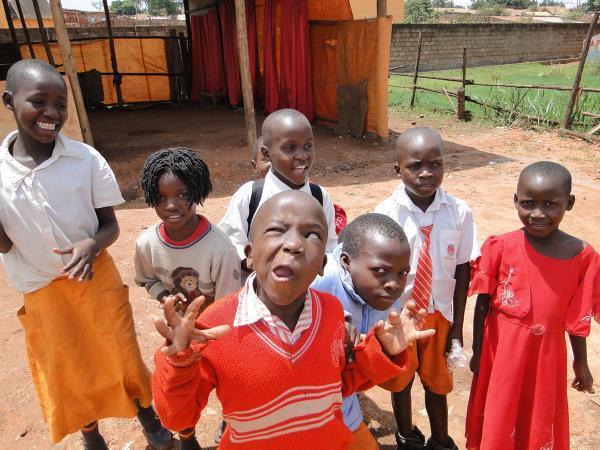 Dzieci ze szkoły w slumsach. Uganda