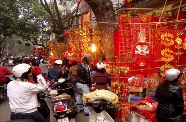 Noworoczne stragany z dekoracjami w kolorach czerwieni i złota.