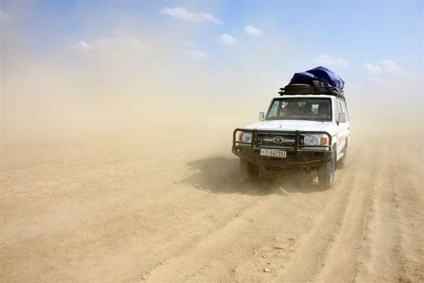 Tylko terenowe samochody są w stanie pokonać niektóre z afrykańskich dróg