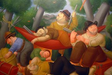 """Botero, sam siebie nazywa """"najbardziej kolumbijskim z kolumbijskich artystów"""". W podręcznikach historii sztuki zwykle określa się go jako figuratywistę. Etykietkę tą od czasu pojawienia się sztuki abstrakcyjnej przyczepia się każdemu stylowi, któremu daleko do abstrakcji. Tematyka jego obrazów to przede wszystkim życie codzienne i sceny historyczne.""""Guerilla"""", tytuł powyższego obrazu, po hiszpańsku znaczy dosłownie """"wojenka"""". Źródłosłów, sięga czasów inwazji napoleońskiej w Hiszpanii, gdy oficerowie chcąc wyjaśnić cesarzowi przyczyny porażek, na pytanie o to dlaczego przegrywają wojnę, odpowiadali ponoć iż nie jest to wojna ale bardzo dużo małych wojenek. Słowo to weszło do angielskiego i wielu innych języków europejskich jako termin oznaczający walkę partyzancką. FARC (Fuerzas Armadas Revolucionarias de Colombia = Rewolucyjne Siły Zbrojne Kolumbii), to najsilniejsza w historii Ameryki Łacińskiej armia partyzancka, która od 1964 roku, ze zmiennym szczęściem, pod hasłami reformy rolnej i socjalizmu, prowadzi działania zbrojne na terenie całego kraju, nakręcjąc spirlę przemocy. Dzięki stanowczym działaniom poprzedniego prezydenta Álvaro Uribe, ruch partyzancki, został niemal całkowicie rozbity."""