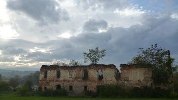 Niemi świadkowie smutnej historii - zniszczone koszary w Chorwacji.