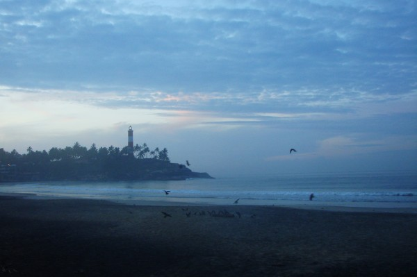 Plaża i latarnia morska w Kovalam o poranku