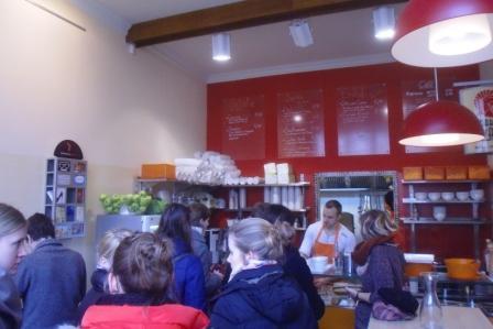 """Klienci """"Suppenbar.at"""" tłoczą się w kolejce po pyszną zupę"""