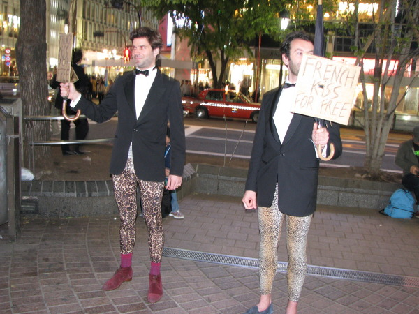 Panowie rozdający pocałunki w Shibuyi, młodzieżowej i imprezowej dzielnicy