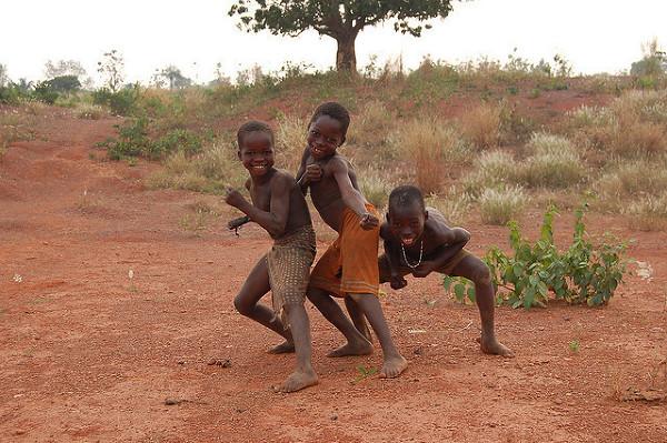 Zabawy dzieckaków na sawannie