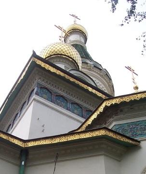 Sofia - cerkiew św. Mikołaja - Religijne świątynie to istotny element krajobrazu Bułgarii, mimo, że nie ludność nie jest tam bardzo religijna, szczególnie ludzie młodzi. 84 % ludności wyznaje prawosławie. W miastach mamy wiele bogato zdobionych świątyń, zwieńczonych złotymi kopułami, a w górach monastry, w których żyją mnisi.
