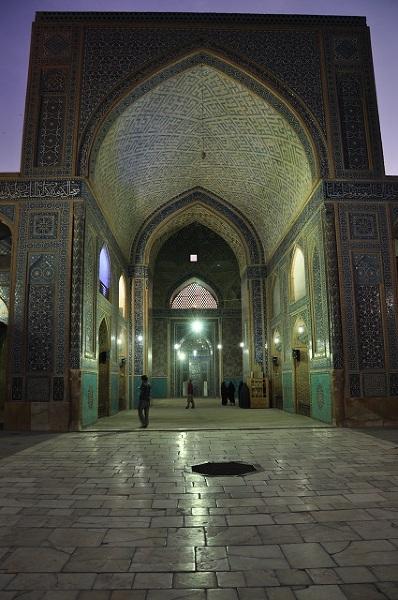 Mimo całego bogactwa kulturowego Iranu to jednak meczety stanowią najbardziej spektakularne dzieła architektury. Bogato zdobione motywami kwiatowymi, wymalowane na zielono i błękitnie z ogromnymi dziedzińcami budynki stanowią idealne miejsce na złapanie oddechu przed wyjściem na gwarne ulice miast.