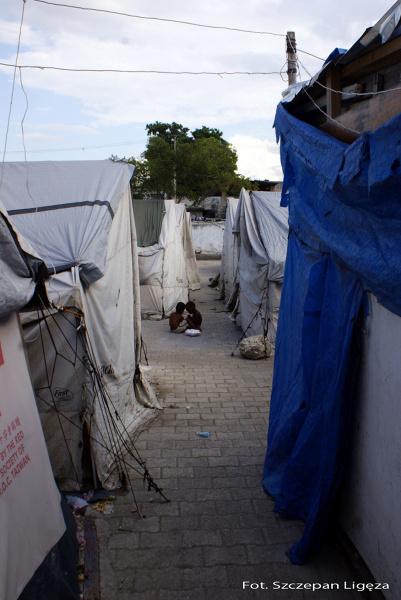 Jak podaje UNICEF: W wyniku trzęsienia ziemi ponad milion osób, z których około 380 000 stanowią dzieci, mieszka w przepełnionych obozach dla uchodźców
