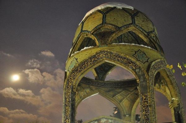 """Spacerując ulicami Teheranu w każdej chwili można natknąć się na coś, co przypomni, że to właśnie w dawnej Persji powstały """"Baśnie z tysiąca i jednej nocy"""". Grobowce, świątynie, altany - wszystko wygląda tu jak żywcem wyjęte z tych opowieści."""