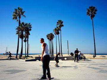 Venice Beach, raj dla deskorolkarzy, a także dla ulicznych artystów, których się tam spotyka w każdym miejscu. W barach można się ochłodzić.