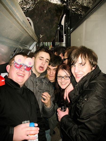 Autor (po lewej) z grupą młodych kibiców ze Słowenii.