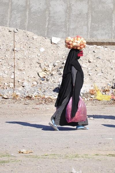 Południe Iranu jest znacznie bardziej konserwatywne niż wielkie miasta. Na targu w Minab widok kobiety szczelnie ukrywającej swoje ciało nie jest niczym szczególnym. Kolorowe maski noszone na oczach dodają temu jednak dość dużo kolorytu.