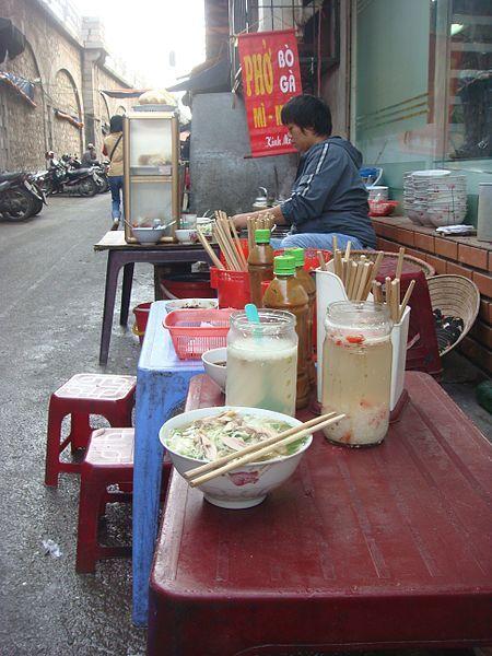 Zupa pho, przyrządzana na stoisku w Hanoi.