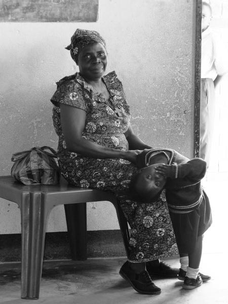 W każdej grupie wiekowej oprócz nauczycieli pracują jeszcze matrony- kobiety dbające o porządek w sali. W rzeczywistości ich rola ogranicza się do przesiadania się z miejsca na miejsce i wycierania ścierką zakurzonej tablicy.