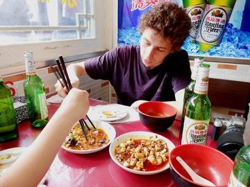 Walka na pałeczki o ostatni kawałek tofu