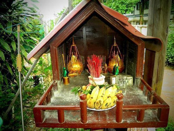 Dom duchów przodków z ofiarą z bananów oraz nieodłącznych kadzidełek.