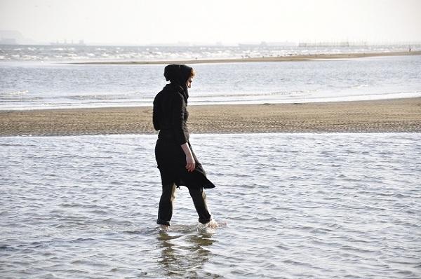 Choć Iran leży nad niesamowicie ciepłym morzem, które aż prosi się o to by z niego korzystać turystycznie to jednak religijne nakazy mocno to użytkowanie ograniczają. Kobiety nawet na plażach muszą zachowywać się godnie a i mężczyźni niezbyt chętnie korzystają z kąpieli słonecznych.