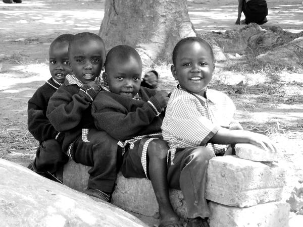 W przerwie pomiędzy zajęciami przedszkolaki szaleją na placu. Chłopcy uwielbiają bawić się w kierowcę i pasażerów autobusu. Tym razem przywilej prowadzenia pojazdu przypadł Chongo.