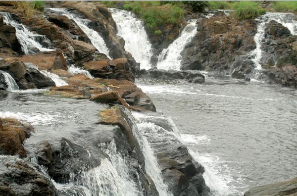 """Wodospady Lobe w pobliżu Limbé, które jest najpopularniejszymośrodkiem wypoczynkowym na terenie całego Kamerunu.Hordy urlopowiczów w weekendy zalegają tam niczym foki, wygrzewając swojekości na rozgrzanym piasku. Przez resztę tygodnia to spokojne i""""wyludnione"""" miejsce."""