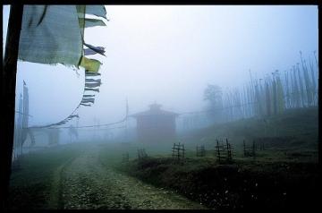 Gompa we mgle. Wokół flagi modlitewne, INDIE